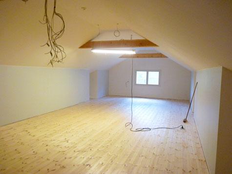 Lipeäliuos jätettiin pariksi päiväksi likoamaan lattialle. Lopuksi kuivunut kalkki harjattiin pois ja lattia hiottiin kevyesti. Käsittely toistettiin kaksi kertaa.