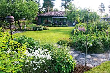 Tässä puutarhassa tavoitellaan levollista ja puistomaista tunnelmaa.