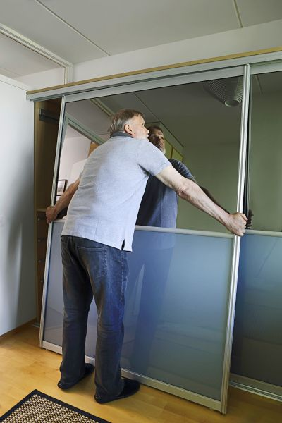 Vaikka ovet ovat leveitä ja painavia, ne oli helppo asentaa paikoilleen.