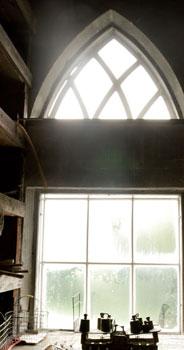 Vuonna 1844 valmistuneessa Fagervikin kartanon kasvihuoneessa on runsaasti goottilaisia piirteitä, kuten tämä suippokaarinen ikkuna.