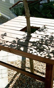 Pöydän keskelle istutettu pikkupuu tarjoaa vehreän ja elävän katoksen.