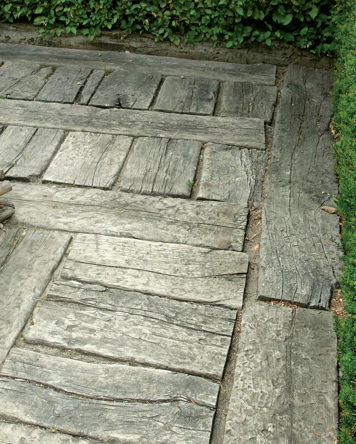 Paksuista lankuista ladottu tiivis kulkuväylä haalistuu ja patinoituu ajan saatossa harmaaksi.