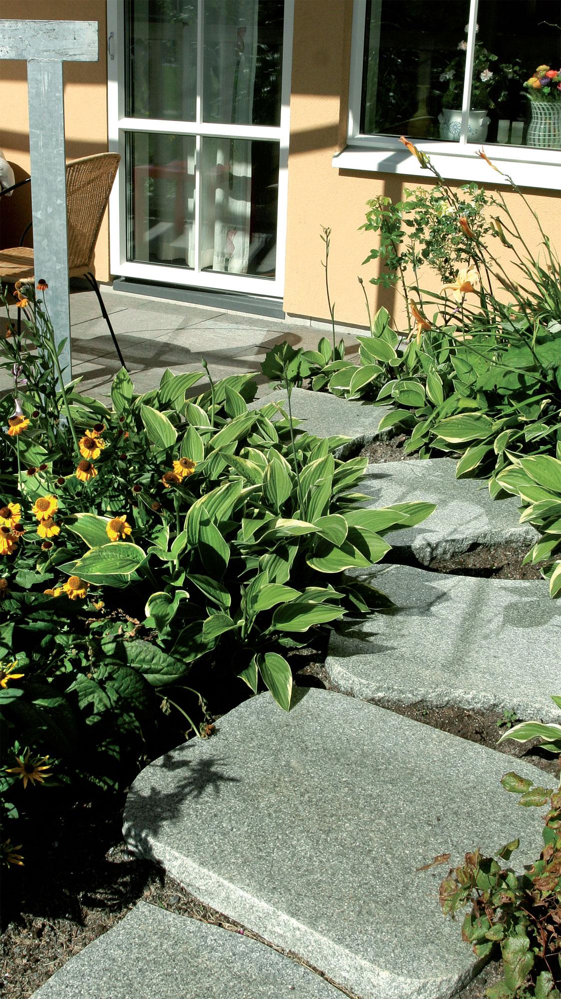 Puutarha, Jyhkeät, pyöreäreunaisiksi hiotut graniittilaatat kestävät kovankin käytön