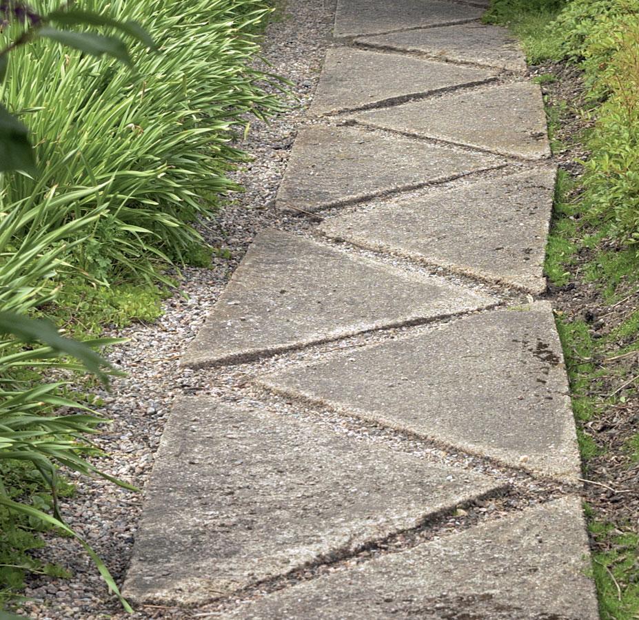Puutarha, Puolitetut ja lomittain ladotut betonilaatat tuovat pihapolkuun jännitettä ja mielenkiintoa.