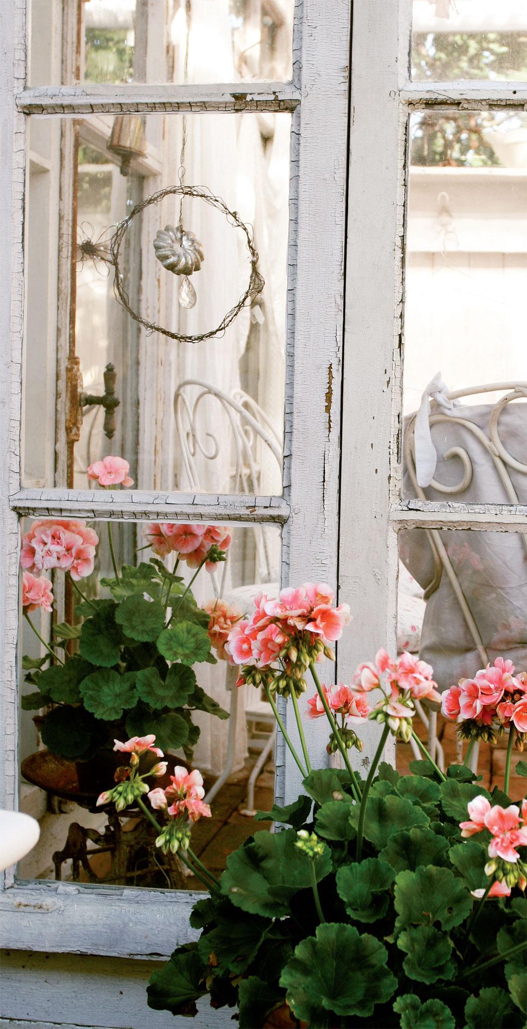 Suurin osa huvimajan ikkunoista on alkuperäisessä kunnossa. Ajan patina saa näkyä.