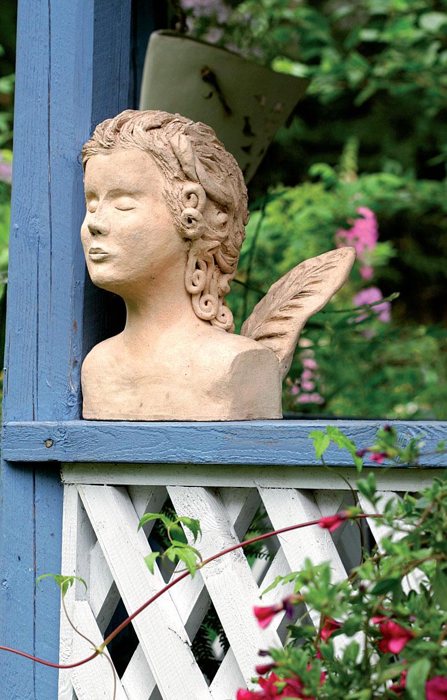 Savesta muotoiltu enkelihahmo on löytänyt paikkansa huvimajan sisäänkäynnistä.