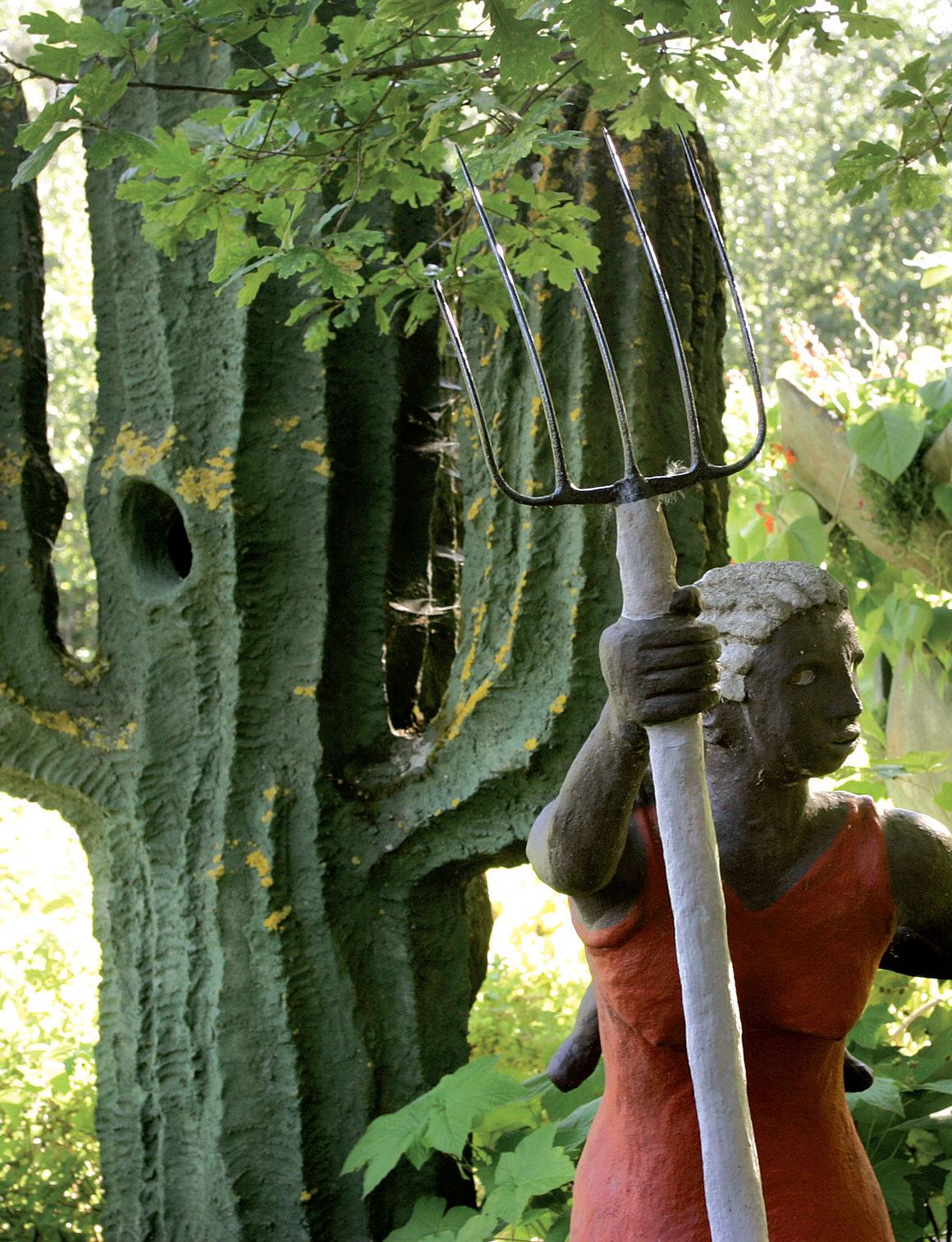 Puutarhan keskellä on eksoottisia kasvi- ja eläinveistoksia.