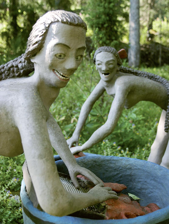 Elli ja Siiri -veistoksessa on Veijo Rönkkösen lapsuuden pyykkärieukkoja.
