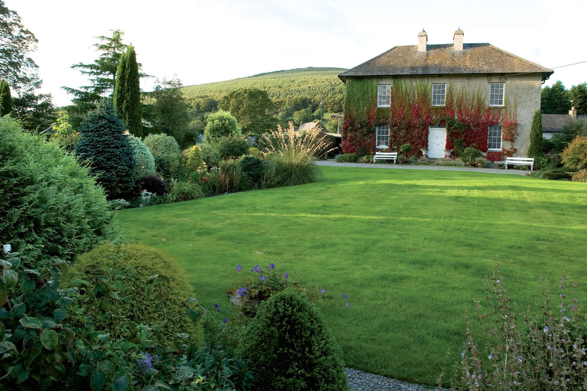 Avointa tilaa on hyvä olla joka puutarhassa. Laaja nurmikko tuo väljyyttä ja tilantuntua.
