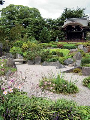 Perinteinen japanilainen maisemapuutarha rakennettiin temppelikukkulan rinteille vuonna 1996.
