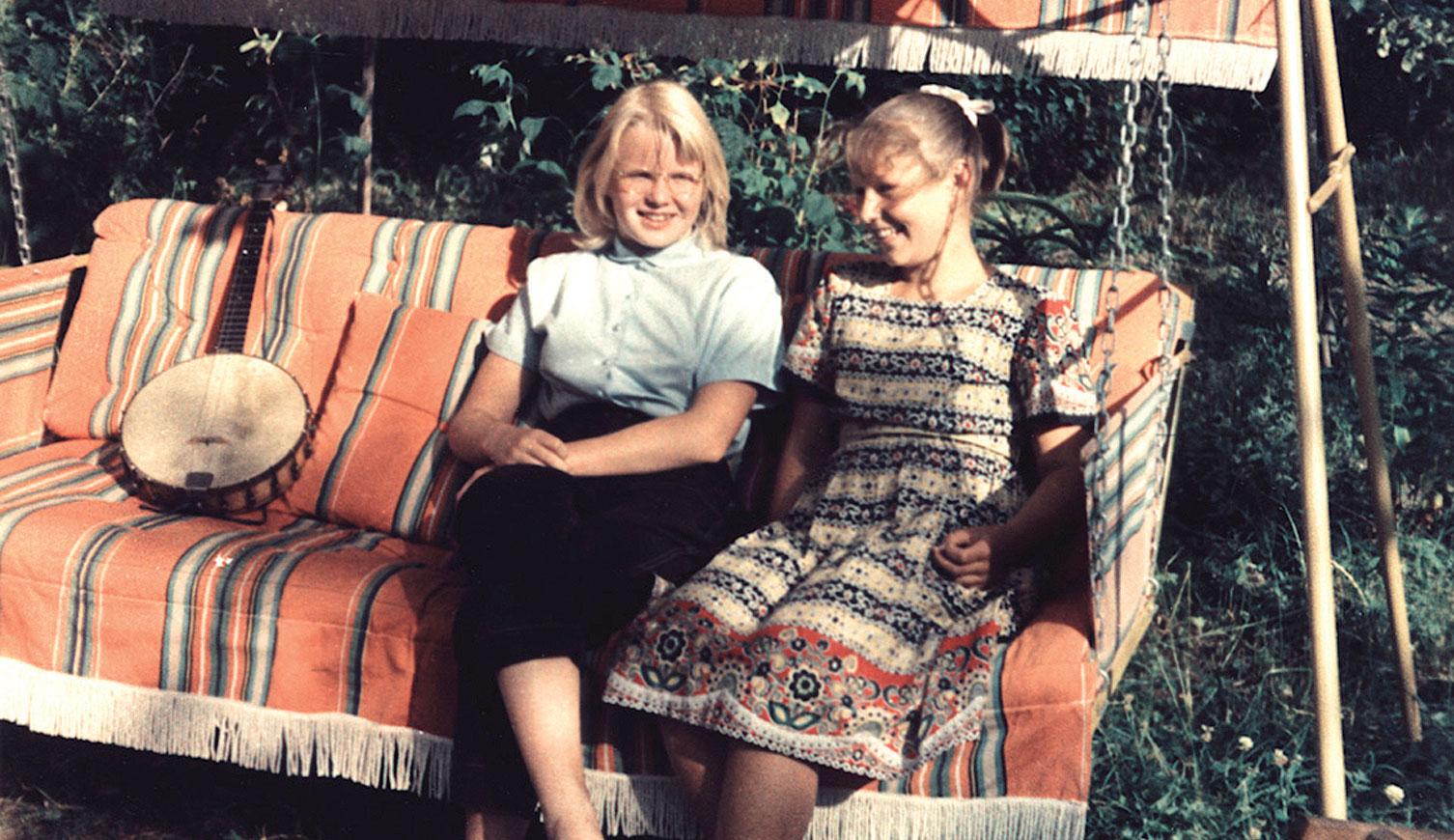 Perinteisesti kesävieraat kuvattiin istumassa keinussa, kuten Jeren Jäppisen äiti ystävättärensä kanssa. Sama keinu on yhä mökkipuutarhan suosittu löhöilypaikka.