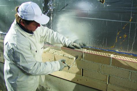 Julkisivumuuraus on tarkkaa työtä, jossa on otettava monta asiaa huomioon. Linjalanka varmistaa saumojen suoruuden, sopiva laastin kosteus luo tukevan muurausalustan, ja ilmaraot tiilten välissä mahdollistavat rakenteen tuuletuksen. Kuva: Wienerberger Oy.
